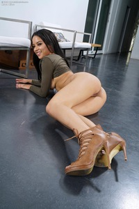 Maya Bijou Shows Her Pussy And Ass