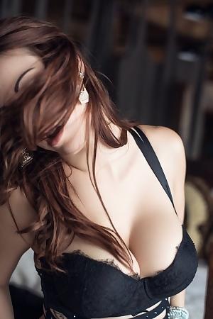 Glamorous Babe Elizabeth Marxs