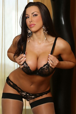 Brunett Hottie Shows Her Perfect Body