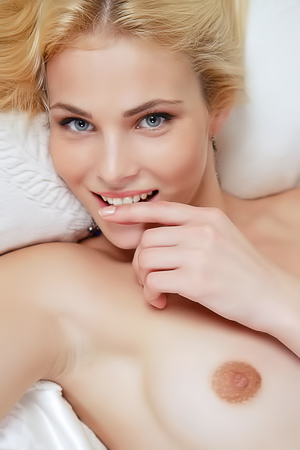 Sexy Blonde Girl Cordelia Is Posing Nude