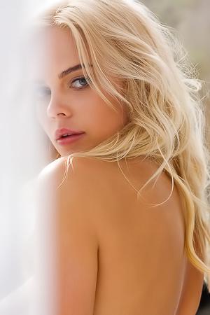 Sensational Blonde Supermodel Rachel Harris Teases
