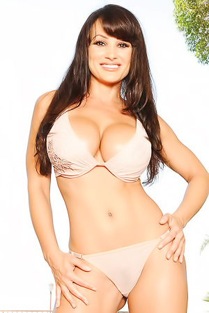 Lisa Ann Pornstar With Amazing Body Posing Naked