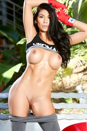 Sporty MILF Heather Vahn Dildoing In The Garden