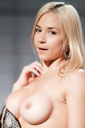 Blondie Reveals Her Round Boobies