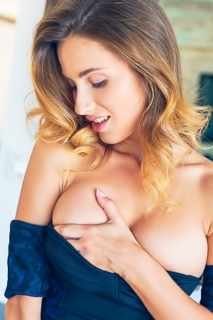 Sexy Cara Mell Shows Us Her Perfect Curvey Body