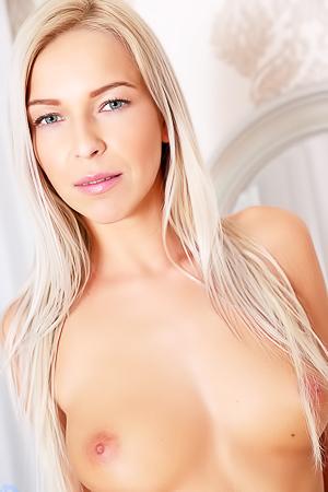 Sexy Blonde Babe Karol Lilien
