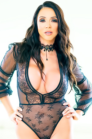 Busty Model Ariella Ferrera