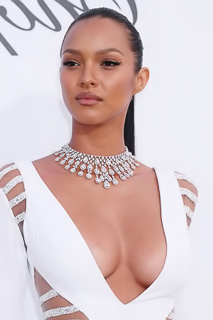 Lais Ribeiro?s Cleavage in a Sexy Dress!